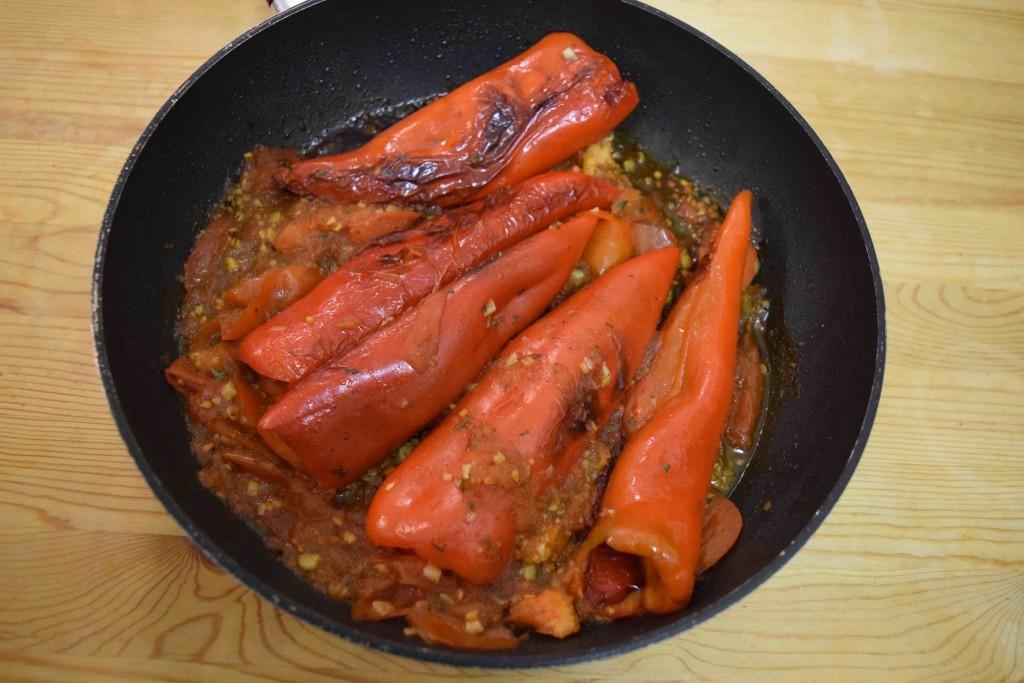 gebratene spitzpaprika mit tomaten und knoblauch kroatische rezepte. Black Bedroom Furniture Sets. Home Design Ideas