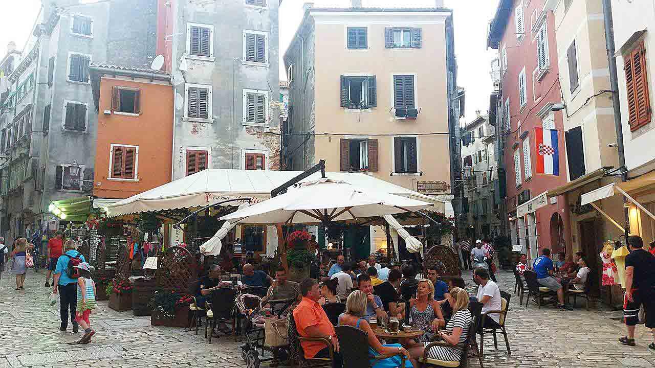 Straßenszene in Rovinj, Kroatien - Kroatien-Liebe