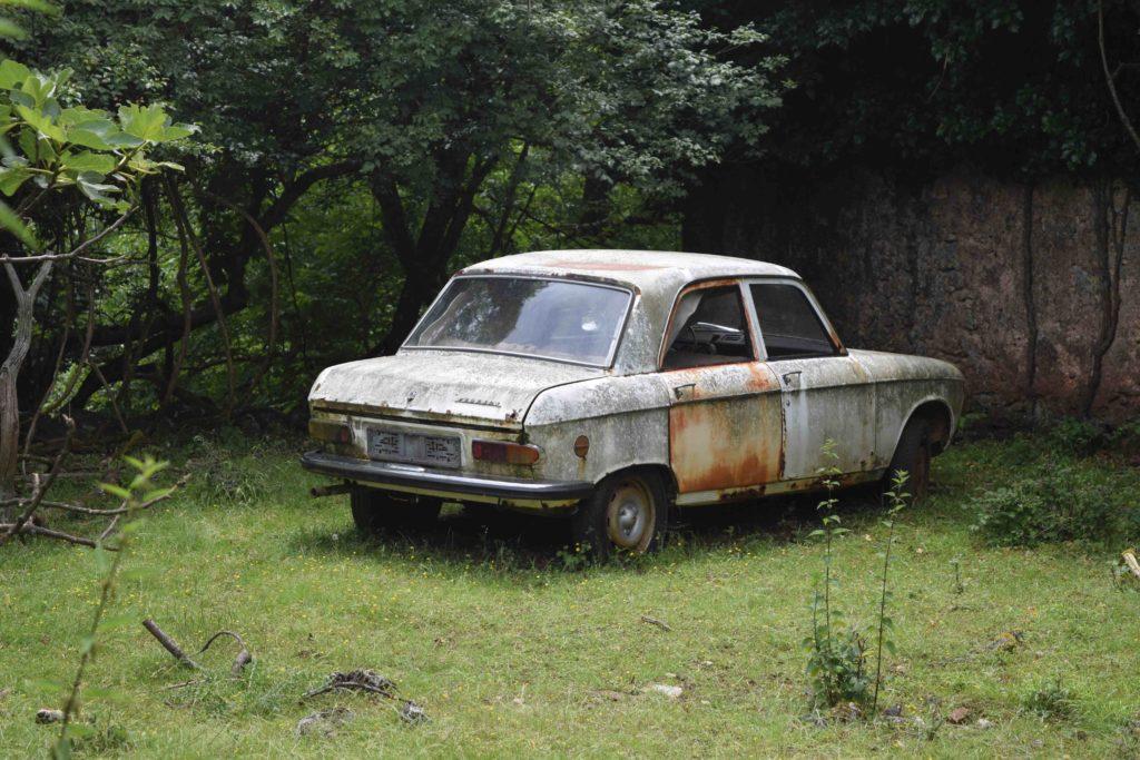 Verlassenes Dorf in Kroatien, Autowrack von Niska