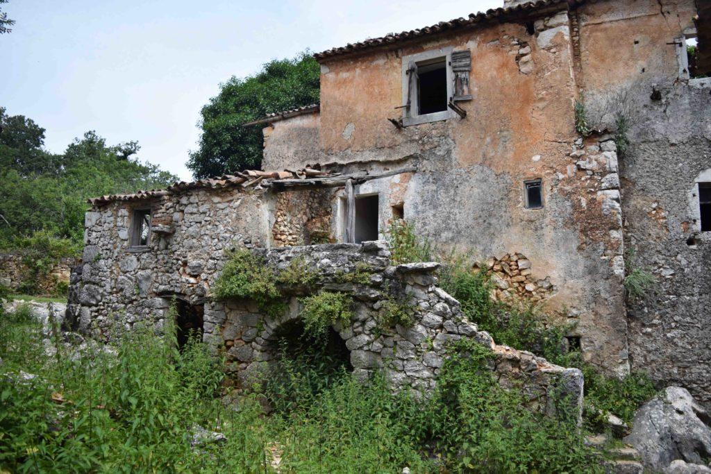Niska, ein verlassenes Dorf in Kroatien