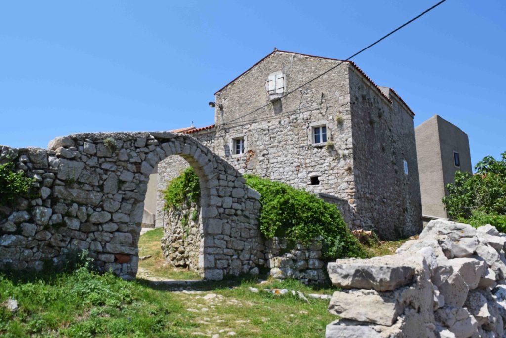 Alte Mauern von Lubenice auf Cres