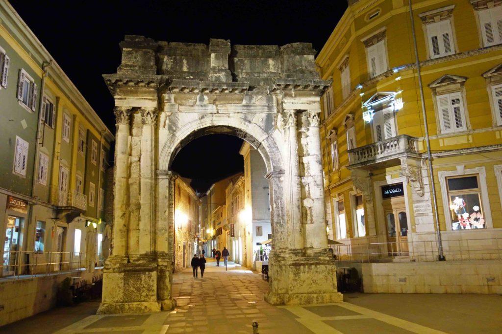 Zlatna vrata Pula bei Nacht