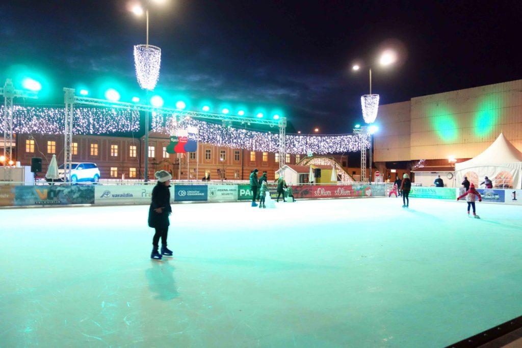 Eisbahn auf dem Weihnachtsmarkt in Varazdin