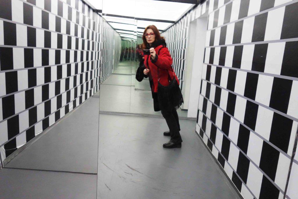 Gedrehter Raum im Museum der Illusionen Zagreb