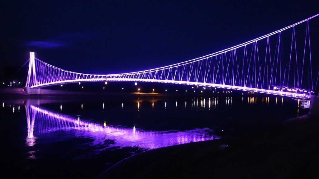 Beleuchtete Brücke in Osijek