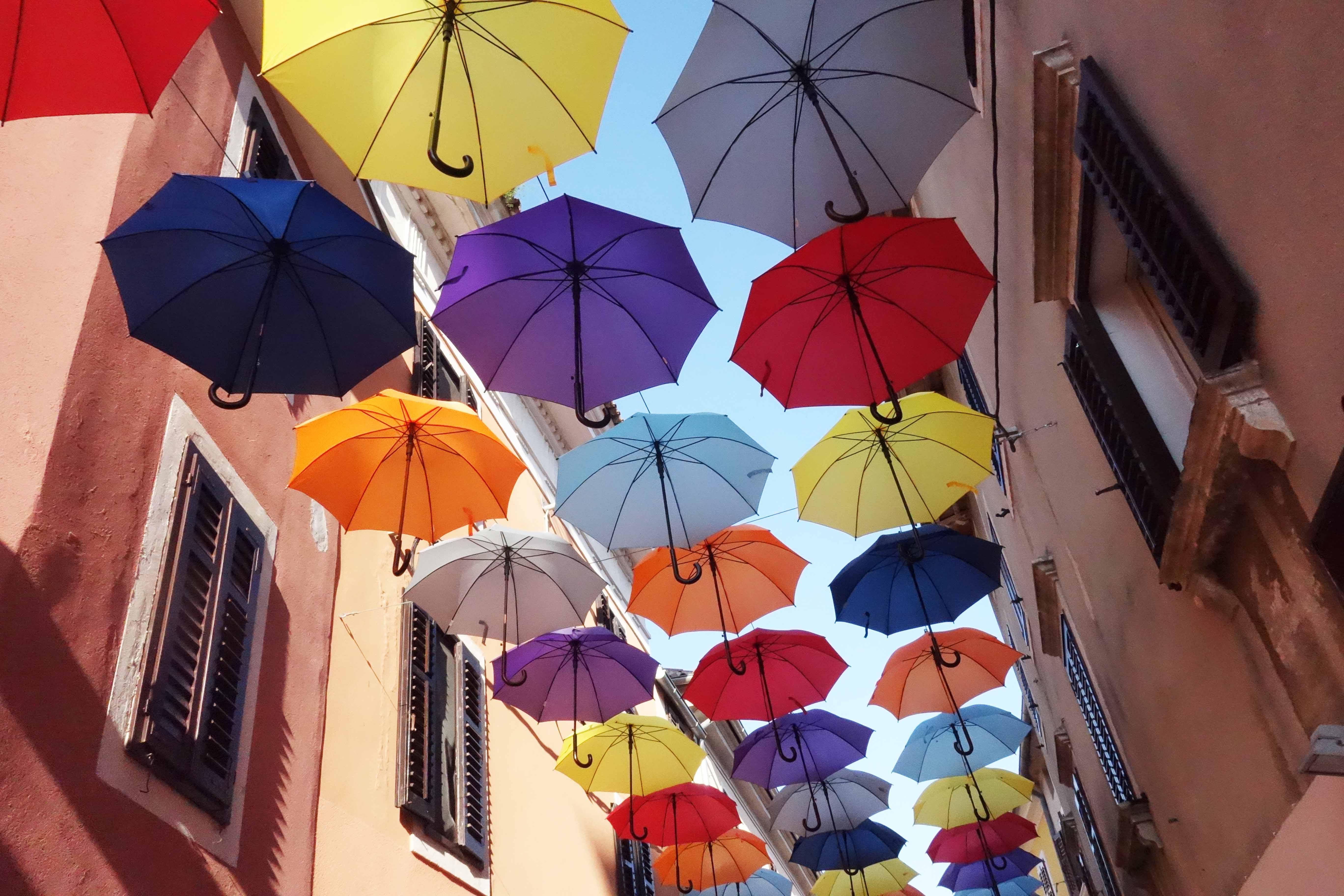Regenschirme über der Straße in Istrien