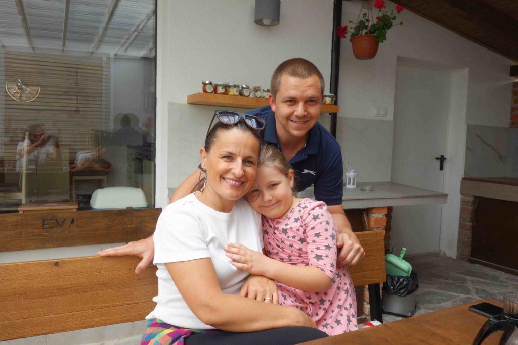Sanja Peris und Familie, Hostel Eva