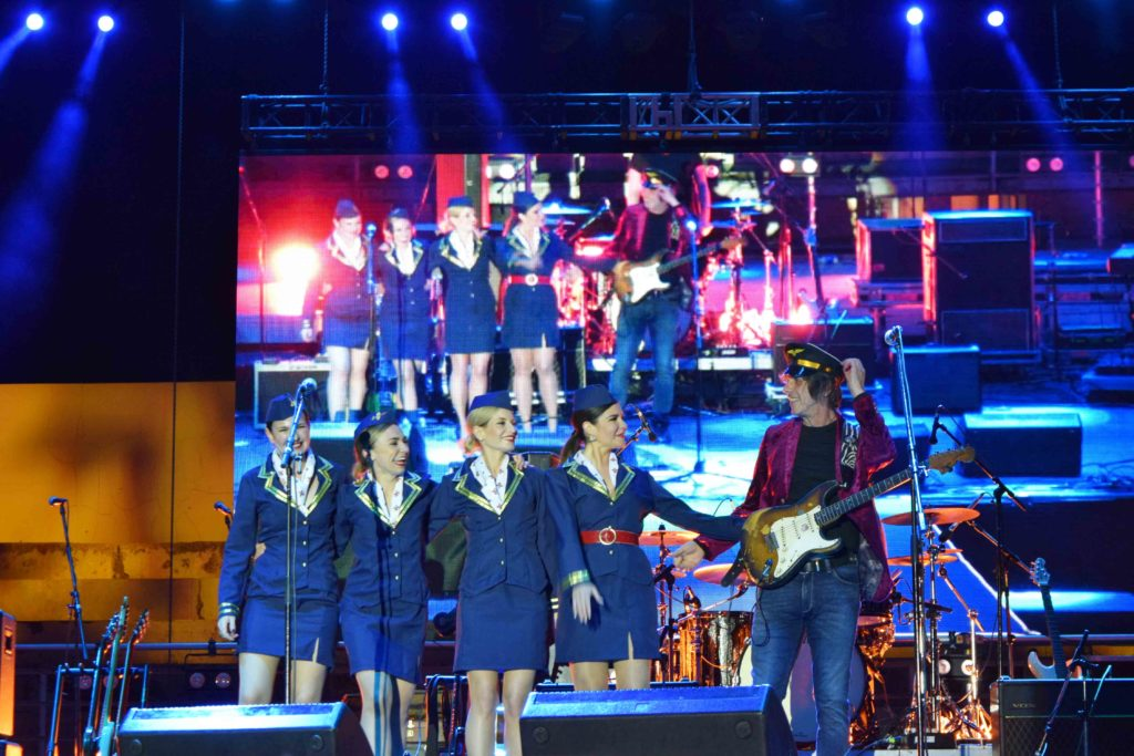 Aerodrom mit Background-Sängerinnen in Zagreb