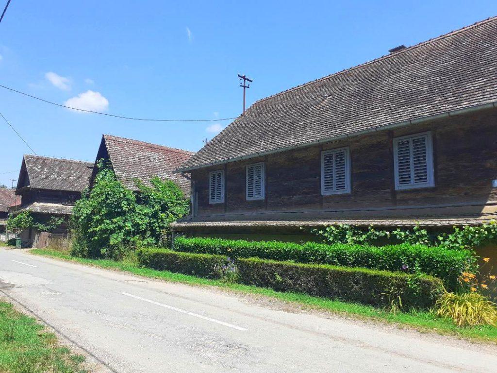 Holzhäuser in Krapje, Kroatien